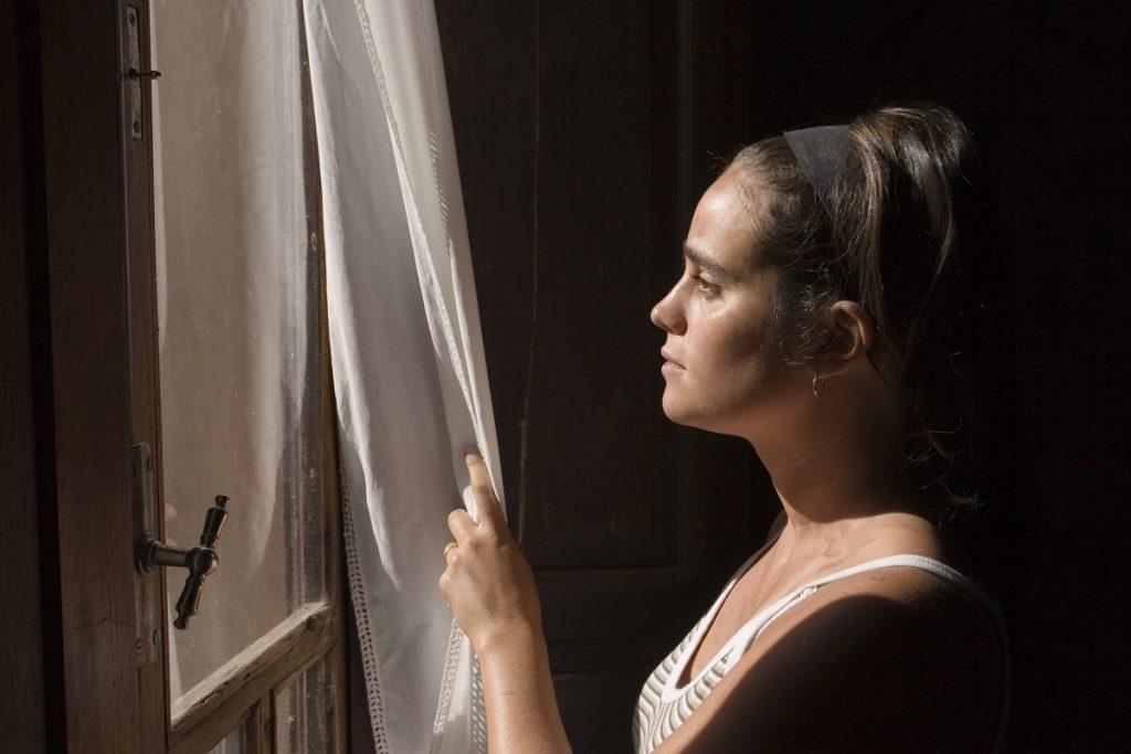 depresja u kobiety patrzącej w okno