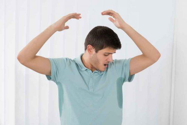 mężczyzna przed leczeniem nadpotliwości hipnozą